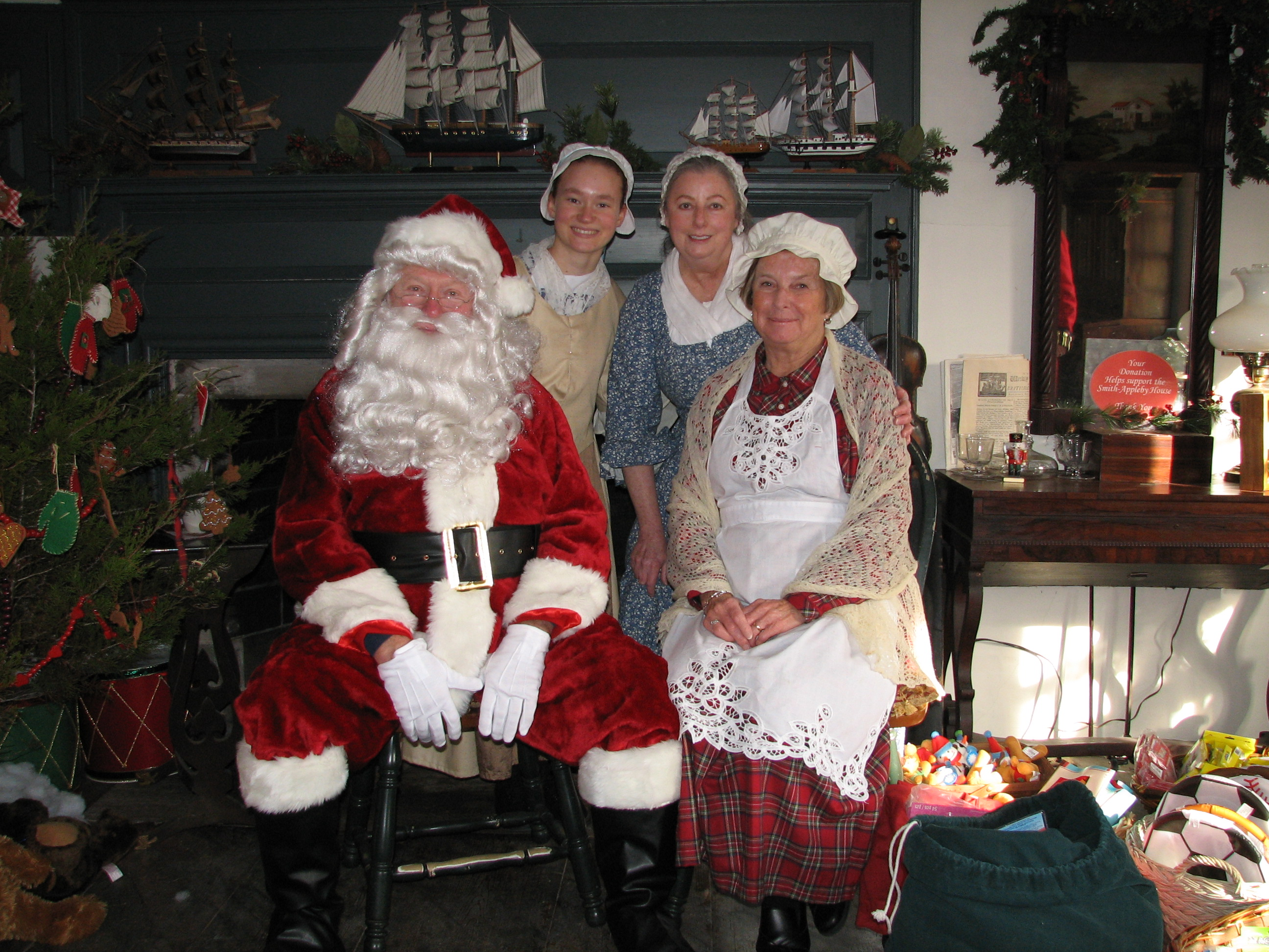 bring the kids to share christmas wishes photos with santa mrs claus at smith appleby house on dec 6 - Santa And Kids
